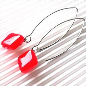 Orvosi fém alapon Ferrari piros rombusz üveg fülbevaló, üvegékszer, minimal ékszer, Ékszer, Fülbevaló, Lógó fülbevaló, Ékszerkészítés, Üvegművészet, Élénk tűzpiros ékszerüvegből olvasztottam a fülbevaló üveg díszét, orvosi fémből készült, trendi, de..., Meska