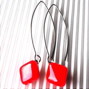 Orvosi fém francia kapcsos alapon Orgonalila rombusz lógós üveg fülbevaló, üvegékszer, minimal - Meska.hu