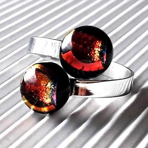 Ragyogó csillagpor dupla bogyós üveg gyűrű nemesacél alapon, trendi, design üvegékszer, Ékszer, Gyűrű, Statement gyűrű, Ékszerkészítés, Üvegművészet, Éjfekete alapon gyönyörű, arany-vörös díszítéssel készítettem a gyűrű pötty üvegeit. Ragyogó, elegán..., Meska