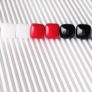 Klasszikus fekete-fehér-piros üveg kocka fülbevaló csomag orvosi fém alapon , minimal, trendi, üvegékszer szett - Meska.hu