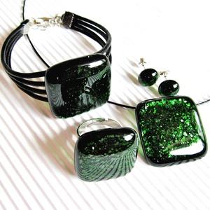 Szikrázó mohaszőnyeg sötétzöld üveg medál, karkötő, gyűrű és fülbevaló orvosi fém bedugón, üvegékszer szett - ékszer - ékszerszett - Meska.hu
