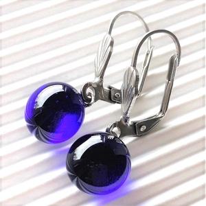 Sejtelmes királykék francia kapcsos üveg fülbevaló orvosi fém alapon üvegékszer - ékszer - fülbevaló - lógós kerek fülbevaló - Meska.hu