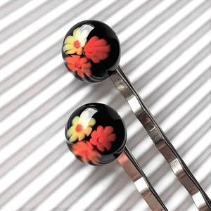 Fekete virágfolyó üveg hajcsat 2 db, millefiori, üvegékszer, Ruha & Divat, Hajdísz & Hajcsat, Hajcsat & Hajtű, Ékszerkészítés, Üvegművészet, AKCIÓ! - 3 BÁRMILYEN TERMÉK vásárlása esetén a harmadikból 50 % KEDVEZMÉNY, akár INGYEN POSTÁZÁS és ..., Meska