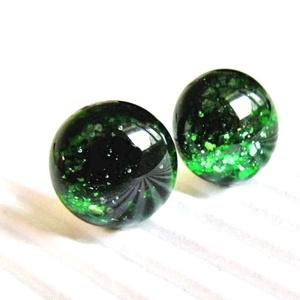 Szikrázó mohaszőnyeg sötétzöld aventurin üveg pötty fülbevaló orvosi fém alapon, üvegékszer - ékszer - fülbevaló - pötty fülbevaló - Meska.hu