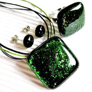 Szikrázó mohaszőnyeg sötétzöld üveg medál, gyűrű és fülbevaló orvosi fém bedugón, üvegékszer szett - ékszer - ékszerszett - Meska.hu