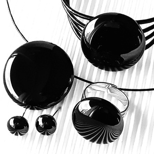 Éjfekete kerek üveg medál, üveg - bőr karkötő és fülbevaló orvosi fém alapon, üvegékszer szett - ékszer - ékszerszett - Meska.hu
