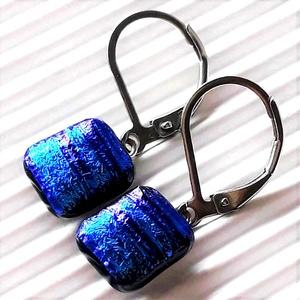 Szentjánosbogárka kékben kocka üveg fülbevaló orvosi fém alapon, üvegékszer  - ékszer - fülbevaló - pötty fülbevaló - Meska.hu