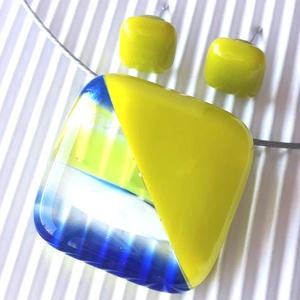 Cinke banán-zöldben üveg medál és fülbevaló, NEMESACÉL, üvegékszer szett, Ékszer, Ékszerszett, Ékszerkészítés, Üvegművészet, Meska