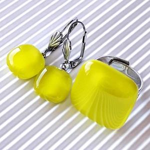 Banán-zöld kocka franciakapcsos lógós üveg fülbevaló orvosi fém akasztón, üvegékszer - ékszer - fülbevaló - lógó fülbevaló - Meska.hu