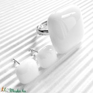 Hófehér kocka üveg gyűrű és fülbevaló orvosi fém alapon, minimal üvegékszer szett, Ékszer, Ékszerszett, Ékszerkészítés, Üvegművészet, Meska