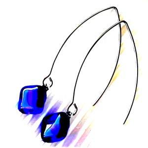 Sejtelmes királykék rombusz üveg fülbevaló orvosi fém alapon, üvegékszer, minimal ékszer - ékszer - fülbevaló - lógó fülbevaló - Meska.hu