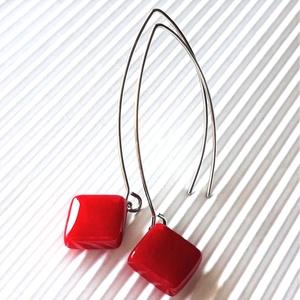 Meggypiros rombusz üveg fülbevaló hosszú, design, trendi, ORVOSI FÉM akasztón, üvegékszer, minimal ékszer, Ékszer, Fülbevaló, Lógó fülbevaló, Ékszerkészítés, Üvegművészet, Meska
