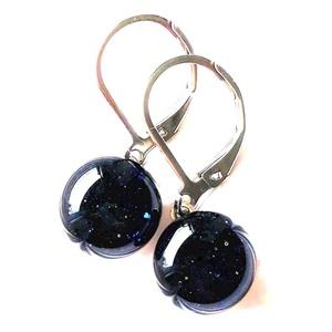 Csillagfény szikrázó kék aventurin lógós üveg fülbevaló minimal orvosi fém alapon, üvegékszer, Ékszer, Fülbevaló, Lógós kerek fülbevaló, Ékszerkészítés, Üvegművészet, Meska