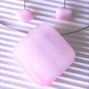 Fátyolos rózsaszín rombusz üveg medál és fülbevaló orvosi fém bedugón, üvegékszer szett, Ékszer, Ékszerszett, Ékszerkészítés, Üvegművészet, Meska