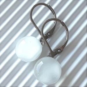 Selymes fehér pötty üveg fülbevaló minimal orvosi fém alapon, üvegékszer - Meska.hu
