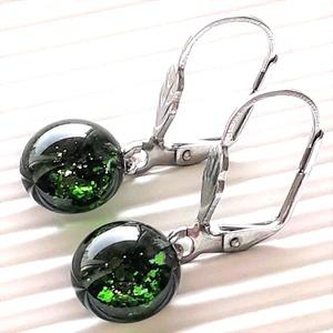 Mohaszőnyeg szikrázó zöld aventurin lógós üveg fülbevaló minimal orvosi fém alapon, üvegékszer - ékszer - fülbevaló - lógós kerek fülbevaló - Meska.hu