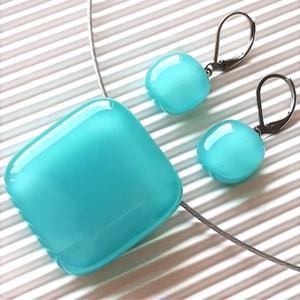Akvamarin üveg kocka medál és franciakapcsos fülbevaló NEMESACÉL/ORVOSI FÉM, üvegékszer szett, Ékszer, Ékszerszett, Ékszerkészítés, Üvegművészet, Meska