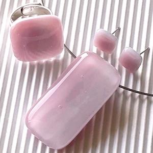 Fátyolos rózsaszín maxi üveg medál, gyűrű és fülbevaló orvosi fém bedugón, üvegékszer szett, Ékszer, Ékszerszett, Ékszerkészítés, Üvegművészet, Pasztell rózsaszín alapon sötétebb árnyalatú rózsaszín felhőmintás ékszerüvegből olvasztottam ezt a ..., Meska