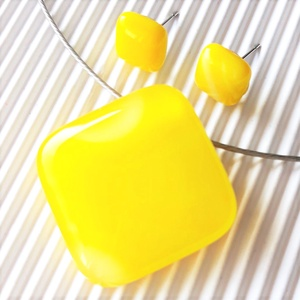 Nárcisz - élénk sárga rombusz üveg medál és kocka fülbevaló orvosi fém bedugón, minimal, üvegékszer, Ékszer, Ékszerszett, Élénk sárga ékszerüvegből olvasztottam a trendi, minimal medált és fülbevalót. Színe a citromsárga é..., Meska