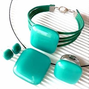 Hamvas smaragd üveg kocka medál, gyűrű, üveg - bőr karkötő és fülbevaló orvosi fém bedugón, üvegékszer szett, Ékszer, Ékszerszett, Ékszerkészítés, Üvegművészet, Meska