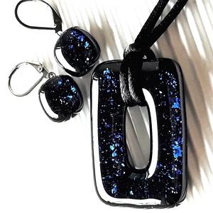 Csillagfényes éjszaka sötétkék maxi fémmentes elegáns üveg medál és fülbevaló orvosi fém alapon, üvegékszer szett, Ékszer, Ékszerszett, Ékszerkészítés, Üvegművészet, Meska
