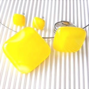 Nárcisz - élénk sárga rombusz üveg medál, gyűrű és kocka fülbevaló orvosi fém bedugón, minimal, üvegékszer, Ékszer, Ékszerszett, Ékszerkészítés, Üvegművészet, Meska