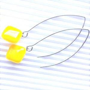 Nárcisz - élénk sárga üveg fülbevaló orvosi fém design akasztón, üvegékszer - ékszer - fülbevaló - lógó fülbevaló - Meska.hu