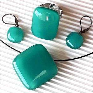 Hamvas smaragd rombusz üveg medál, gyűrű és franciakapcsos fülbevaló orvosi fém akasztón, üvegékszer szett, Ékszer, Ékszerszett, Ékszerkészítés, Üvegművészet, Meska