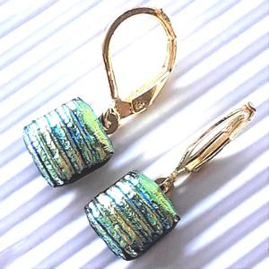 Szentjánosbogárka arany-türkiz szárnnyal dichroic üveg fülbevaló arany színű franciakapcsos alapon , üvegékszer, Ékszer, Fülbevaló, Lógó fülbevaló, Ékszerkészítés, Üvegművészet, Arany-türkiz fényben ragyogó, fekete alapon csíkosan strukturált mintájú dichroic üvegből olvasztott..., Meska
