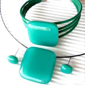 Hamvas smaragd üveg kocka medál, üveg - bőr karkötő és fülbevaló orvosi fém bedugón, üvegékszer szett, Ékszer, Ékszerszett, Ékszerkészítés, Üvegművészet, Meska
