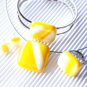 Nárcisz élénk sárga-fehér nyaklánc, fém pántos karkötő, gyűrű és fülbevaló orvosi fém bedugón, üvegékszer szett, Ékszer, Ékszerszett, Ékszerkészítés, Üvegművészet, Meska