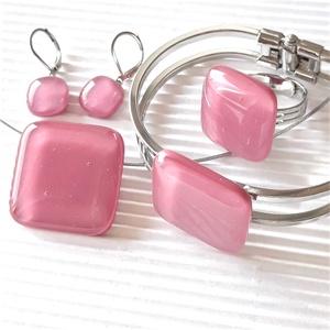 Málna kocka üveg medál, karkötő, gyűrű és fülbevaló orvosi fém franciakapcsos akasztón, üvegékszer szett, Ékszer, Ékszerszett, Ékszerkészítés, Üvegművészet, A legkiválóbb minőségű művészüvegből készítettem ezt a különleges, pinkes sötét rózsaszín, minimal, ..., Meska
