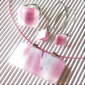 Rózsaszín álomfelhő maxi üveg medál, gyűrű és fülbevaló orvosi fém hosszú akasztón, üvegékszer szett, Ékszer, Ékszerszett, Ékszerkészítés, Üvegművészet, Fehér alapon élénk, pinkes rózsaszín felhőmintás, néhány izgalmas lila cirkalommal díszített  ékszer..., Meska
