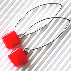 Piros kocka üveg fülbevaló hosszú, trendi, design orvosi fém akasztón, üvegékszer, minimal ékszer, Ékszer, Fülbevaló, Lógó fülbevaló, Ékszerkészítés, Üvegművészet, Meska