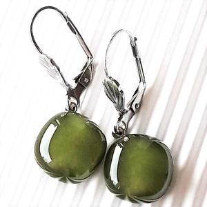 Mohazöld üveg franciakapcsos fülbevaló, orvosi fém akasztón, kocka, minimal, üvegékszer - ékszer - fülbevaló - lógó fülbevaló - Meska.hu