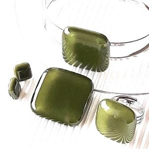 Mohazöld üveg kocka medál, gyűrű, karkötő fém pánton és fülbevaló orvosi fém bedugón, minimal, üvegékszer szett, Ékszer, Ékszerszett, Ékszerkészítés, Üvegművészet, Meska