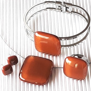 Karamell üveg kocka medál, karkötő fém pánton, gyűrű és fülbevaló orvosi fém bedugón, üvegékszer szett, Ékszer, Ékszerszett, Ékszerkészítés, Üvegművészet, Bársonyos karamell barna árnyalatú ékszerüvegből olvasztottam ezt a finoman minimal, elegáns, mutató..., Meska