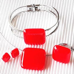 Ferrari piros üveg kocka medál, karkötő fém pánton, gyűrű és fülbevaló orvosi bedugón, üvegékszer szett, Ékszer, Ékszerszett, Ékszerkészítés, Üvegművészet, Nagyon élénk, tüzes narancsos piros árnyalatú ékszerüvegből készítettem ezt a feltűnő, jól kihasznál..., Meska
