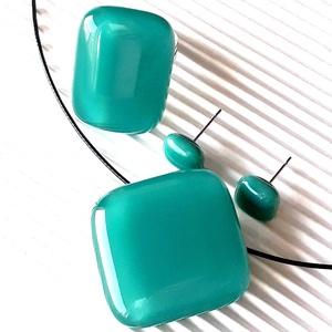 Hamvas smaragd rombusz üveg medál, elegáns gyűrű és fülbevaló orvosi fém bedugón, üvegékszer szett, Ékszer, Ékszerszett, Ékszerkészítés, Üvegművészet, Sötét türkiz, smaragd üvegből olvasztottam az ékszerek üvegét. A medált rombusz helyett kérheted koc..., Meska