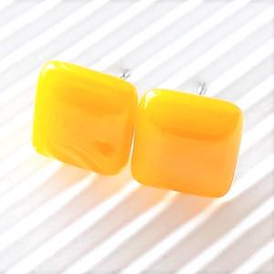 Napsárga kocka üveg fülbevaló orvosi fém bedugón, üvegékszer - ékszer - fülbevaló - pötty fülbevaló - Meska.hu