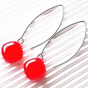 Ferrari piros rombusz üveg fülbevaló hosszú design, orvosi fém akasztón, üvegékszer, Ékszer, Fülbevaló, Lógó fülbevaló, Ékszerkészítés, Üvegművészet, Meska