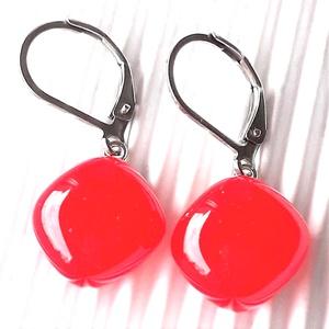 Ferrari piros kocka üveg fülbevaló hosszú design, orvosi fém akasztón, üvegékszer - Meska.hu