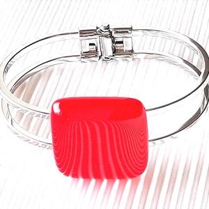 Ferrari piros üveg kocka karkötő fém pánton, üvegékszer, Ékszer, Karkötő, Karkötő medállal, Ékszerkészítés, Üvegművészet, Nagyon élénk, tüzes narancsos piros árnyalatú ékszerüvegből készítettem ezt a feltűnő, jól kihasznál..., Meska