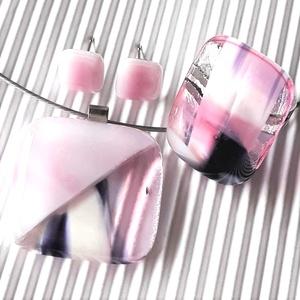NEMESACÉL ALAPOKON: Orchidea kocka üveg medál,  elegáns gyűrű és bedugós fülbevaló, üvegékszer szett, Ékszer, Ékszerszett, Ékszerkészítés, Üvegművészet, Fátyolos rózsaszín és áttetsző alapon fehér-pink-lila felhős ékszerüvegekből olvasztottam a medált, ..., Meska
