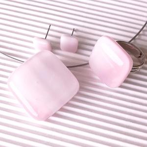AKCIÓ - Fátyolos rózsaszín rombusz üveg medál, gyűrű és fülbevaló orvosi fém bedugón, üvegékszer szett - Meska.hu