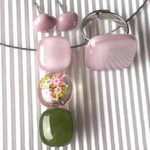 Romantikus vintage virág-gyöngysor üveg medál + 2 db gyűrű és 2 pár fülbevaló orvosi fém bedugón, millefiori, üvegékszer - ékszer - ékszerszett - Meska.hu