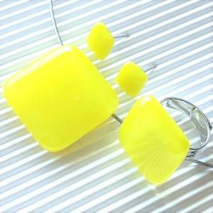 Citromsárga üveg kocka medál, gyűrű és fülbevaló orvosi fém bedugón, minimal, üvegékszer szett, Ékszer, Ékszerszett, Ékszerkészítés, Üvegművészet, Meska
