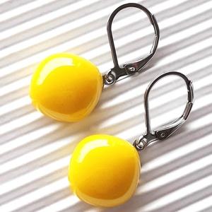 Nárcisz - élénk sárga maxi rombusz üveg fülbevaló orvosi fém franciakapcsos akasztón, üvegékszer - ékszer - fülbevaló - lógó fülbevaló - Meska.hu