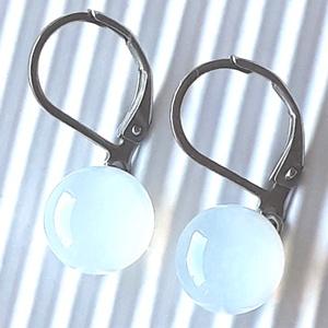 Holdkő fehér pötty üveg franciakapcsos fülbevaló orvosi fém akasztón, üvegékszer, Ékszer, Fülbevaló, Lógós kerek fülbevaló, Ékszerkészítés, Üvegművészet, Meska