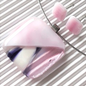 NEMESACÉL ALAPOKON: Orchidea kocka üveg medál és bedugós fülbevaló, üvegékszer szett, Ékszer, Ékszerszett, Ékszerkészítés, Üvegművészet, Fátyolos rózsaszín és áttetsző alapon fehér-pink-lila felhős ékszerüvegekből olvasztottam a medált, ..., Meska